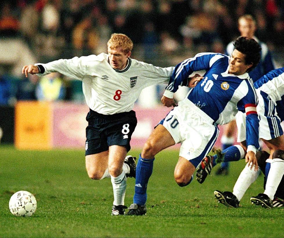 Englannin Paul Scholes ja Suomen kapteeni Jari Litmanen.