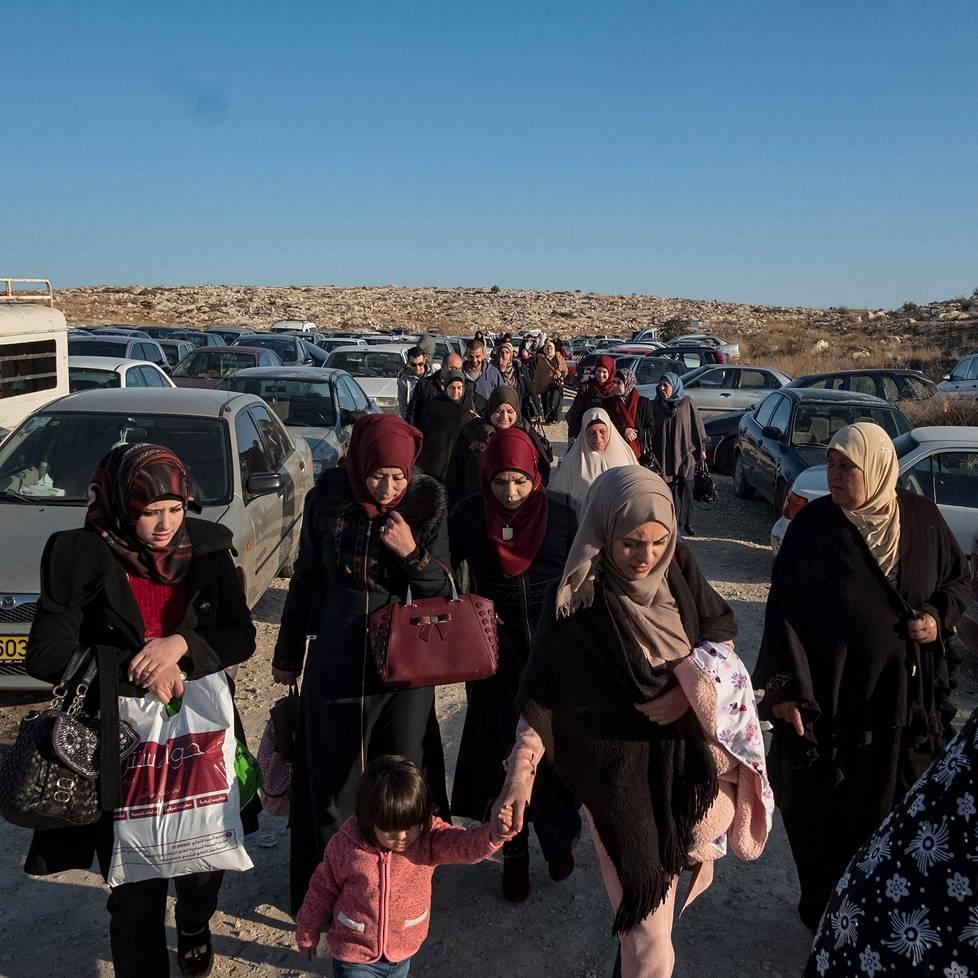 Vaimoja, äitejä ja lapsia matkalla tapaamaan läheisiään vankilaan. Kuva on tarkastuspisteeltä Beit Seirasta. Kuvasarjat, 1. palkinto.