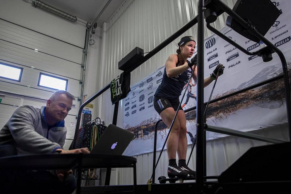 """Valmentaja Matti Haavisto seurasi sykkeitä ja mittasi maitohappoja, kun Krista Pärmäkoski teki tutun kontorolliharjoituksen omassa """"treeniluolassaan"""" Lahdessa."""
