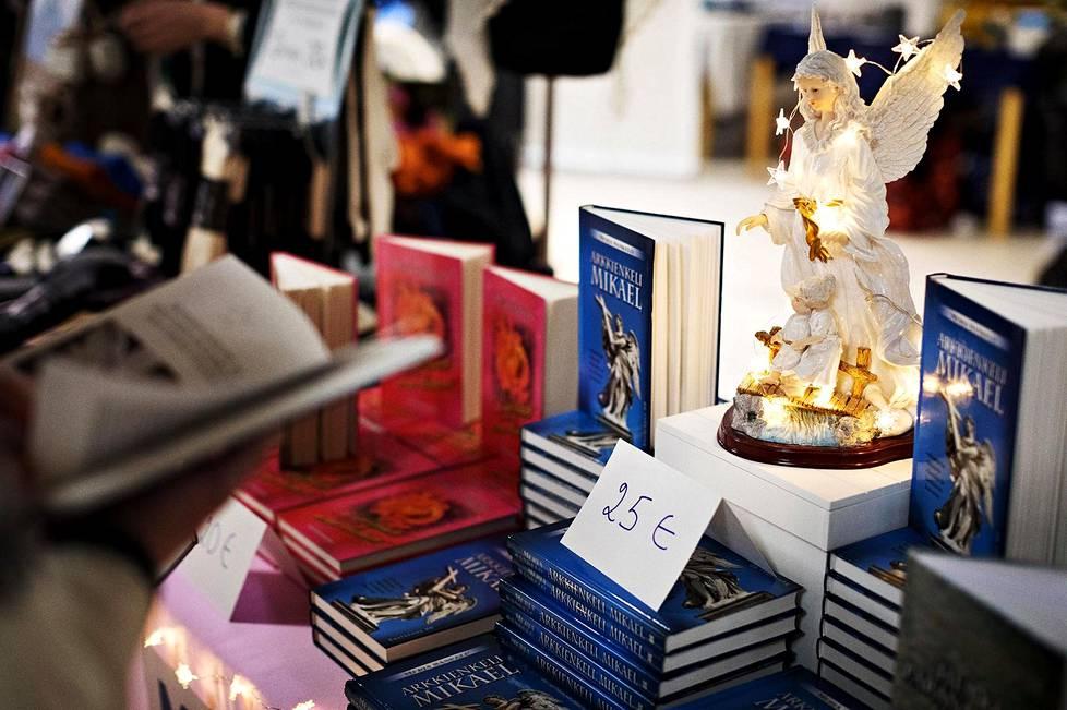 """Hoitotieteen dosentti ja Etelä-Pohjanmaan sairaanhoitopiirin yliopettaja Merja Sankelo myy kirjaa, joka perustuu """"henkilökohtaiseen vuorovaikutukseen"""" arkkienkeli Mikaelin kanssa."""