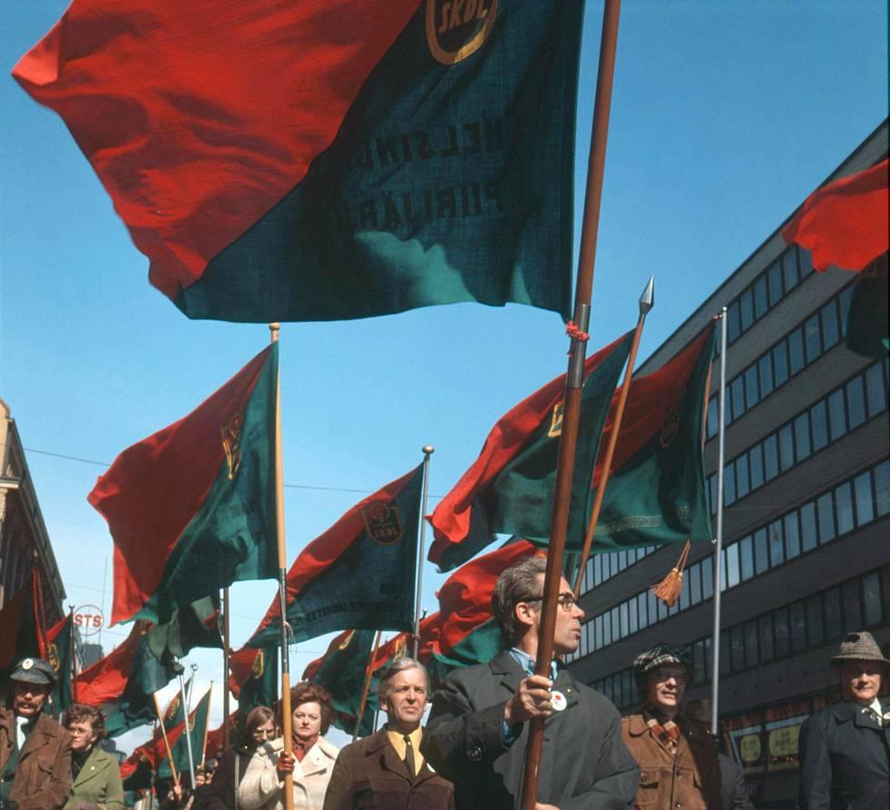 Vappukulkue, jossa kannetaan Skdl:n lippuja Helsingissä vuonna 1977.
