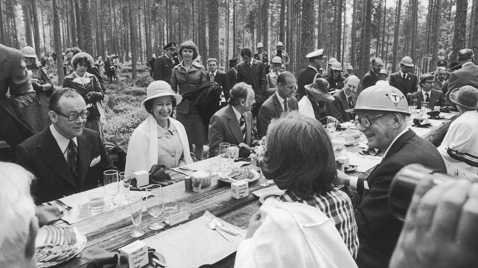 Suomen-vierailullaan kuningatar Elisabet II vietiin – mitä ilmeisimmin järkytyksekseen – syömään metsään Toivakan Haukanmaalle toukokuussa 1976.
