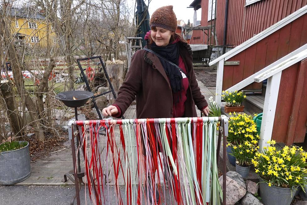 Sari Snellman koristeli pihaansa odotellessaan lapsiaan vappugrillailuille Helsingin Käpylässä.
