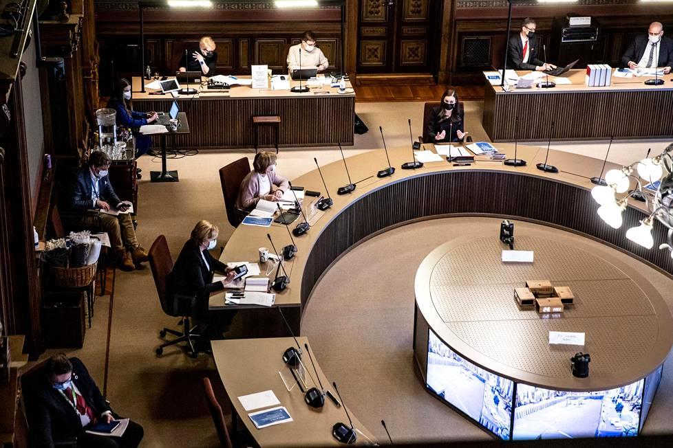 Hallitus neuvottelemassa Säätytalon Papiston salissa maanantaina 22. maaliskuuta. Puhetta johtaa pöydän päädyssä pääministeri Sanna Marin (sd).