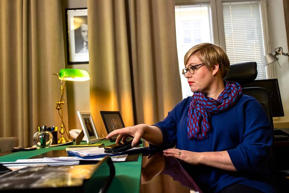 Tiede- ja kulttuuriministeri Annika Saarikko työpöytänsä ääressä Helsingin Kruununhaassa.