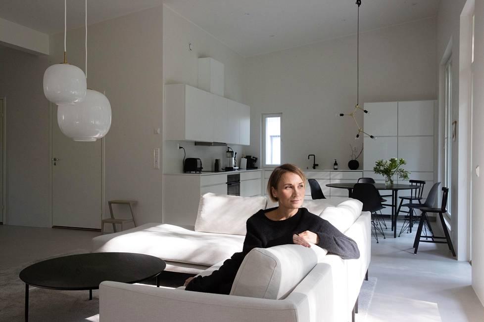 Valkoisella ja minimalistisella sisustuksella Tiina Ilmavirta yrittää luoda kotiinsa rauhoittavan ilmapiirin.