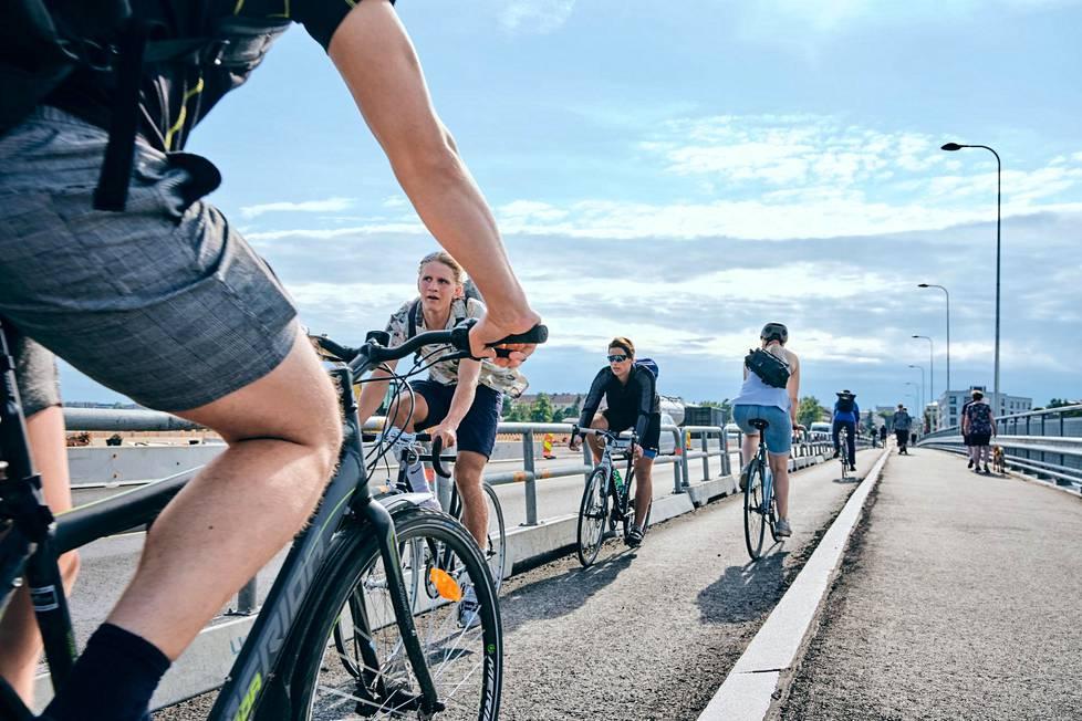 Lauttasaaren sillalla oli runsaasti työmatkapyöräilijöitä maanantaina iltapäivällä.