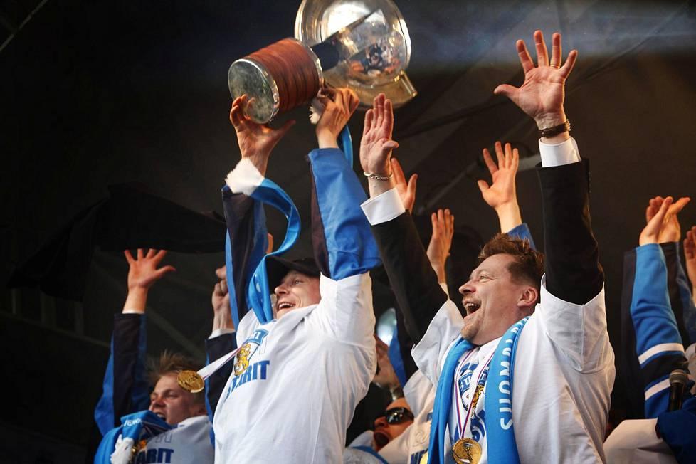 Mikko Koivu (kesk.), Jukka Jalonen ja muut Leijonat juhlivat pitkään odotettua maailmanmestaruutta Helsingin Kauppatorilla 16. toukokuuta 2011.