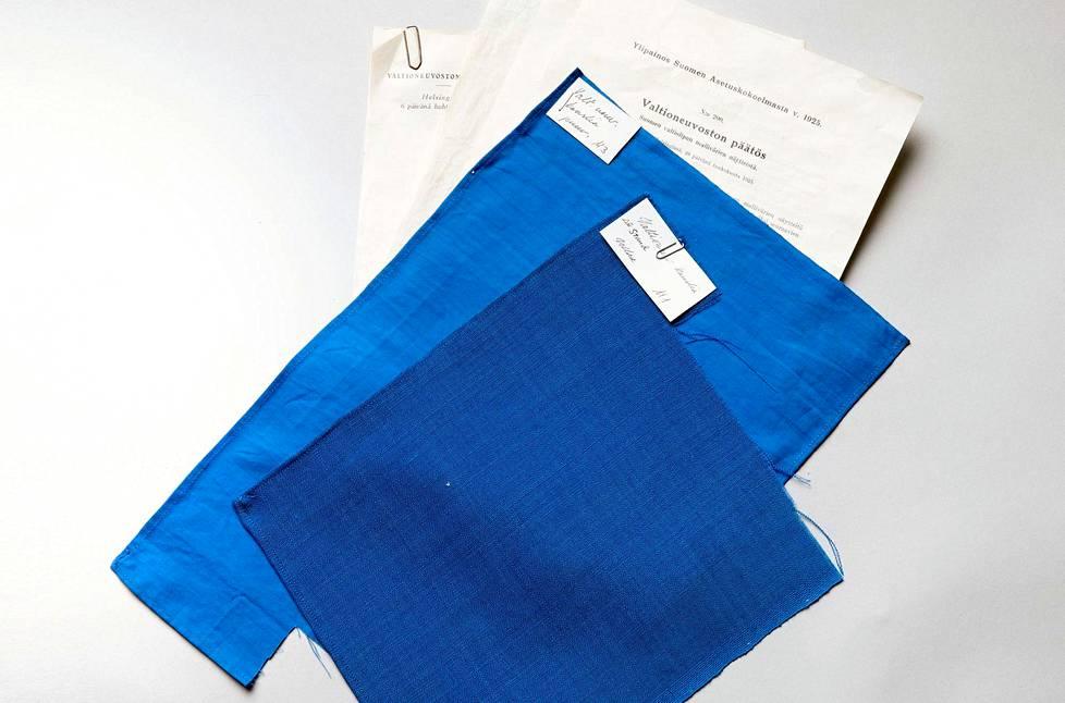 Tässä ovat Suomen lipun alkuperäiset mutta jo haalistuneet värimallit. Tummempi on villaa ja vaaleampi puuvillaa.
