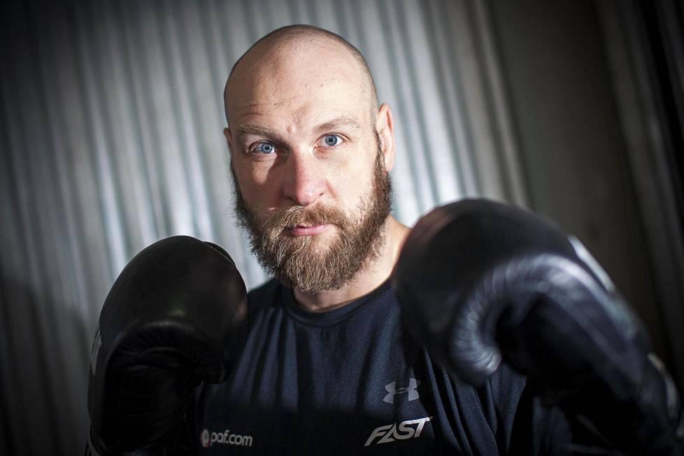 Nyrkkeilijä Rodert Helenius harjoitushallissaan Maarianhaminassa Ahvenanmaalla.