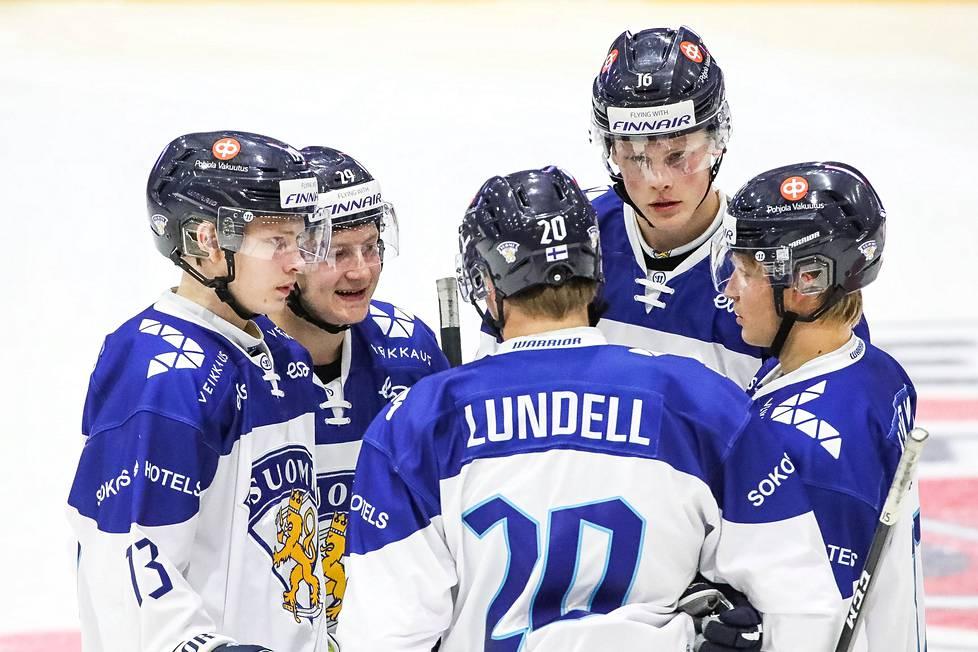 Suomen alle 20-vuotiaiden maajoukkueen ketjukaverit kuuntelevat Anton Lundellia harjoitusottelussa Ketterän Mestis-mihistöä vastaan.