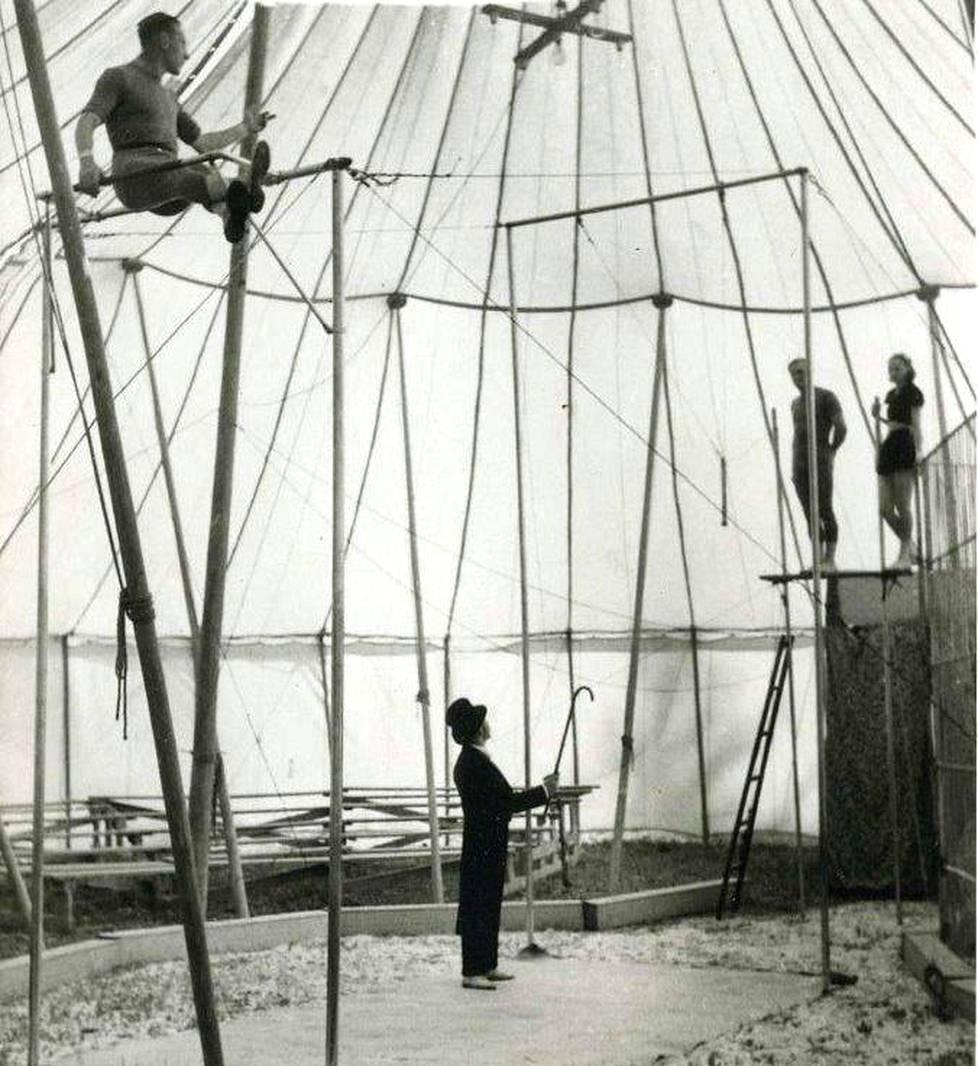 Unkarilainen Papin perhe oli kuuluisa erityisesti trapetsinumeroistaan. Perhe kiersi Suomea lukuisten sirkusten mukana.