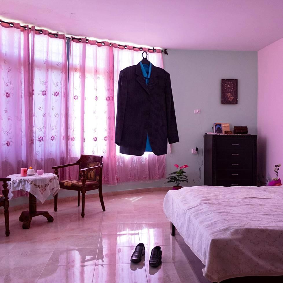 Nael Al Barghoutin puku roikkuu hänen makuuhuoneessaan Kobarissa Palestiinassa. Barghouti itse on vankilassa Israelissa, ja Nael-vaimo pitää miehensä vaatteista huolta. Ihmisoikeusjärjestö B'Tselemin tietojen mukaan israelilaisissa vankiloissa on yli 4000 palestiinalaista vankia, jotka Israel laskee uhaksi kansalliselle turvallisuudelle. Näiden vankien läheisten vierailut vankilassa ovat äärimmäisen tarkoin rajoitettuja, eivätkä vaimot saa tavata miehiään kuin pleksin takaa. Nael Al Barghouti tuomittiin vankilaan ensi kerran vuonna 1978. Hänet vapautettiin vuonna 2011, mutta on nyt tuomittu elinikäiseen vankeuteen. Hän on pisimpää israelilaisessa vankilassa istunut palestiinalainen. Kuvasarjat, 1. palkinto.