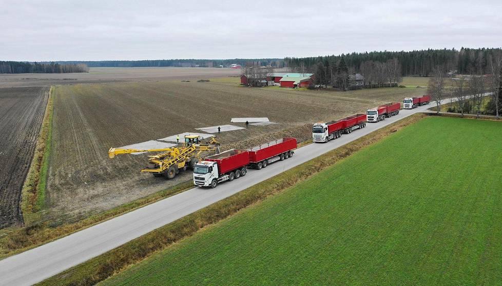 Sokerijuurikkaan kuljettaminen on kallis operaatio. Siksi suurin osa juurikastiloista sijaitsee kohtuullisen ajomatkan päässä Säkylän sokeritehtaasta. Juhelan tila on Kokemäellä.