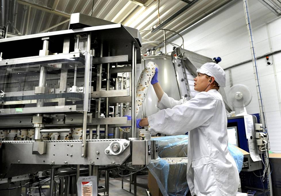 Koneenhoitaja Mari En asettelee kauravälipalapikareita koneeseen Kaslinkin tehtaalla Korialla.