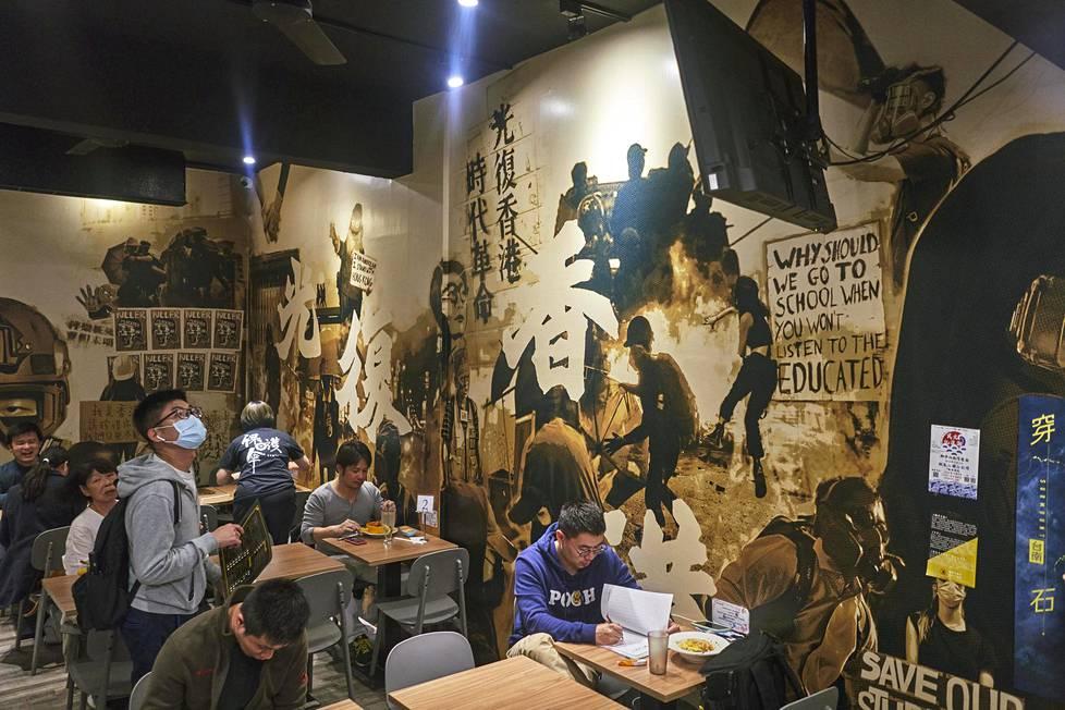 Suosittu ravintola Protection Umbrella Taipeissa auttaa Hongkongista paenneita, joten taipeilaiset käyvät siellä ahkerasti syömässä.