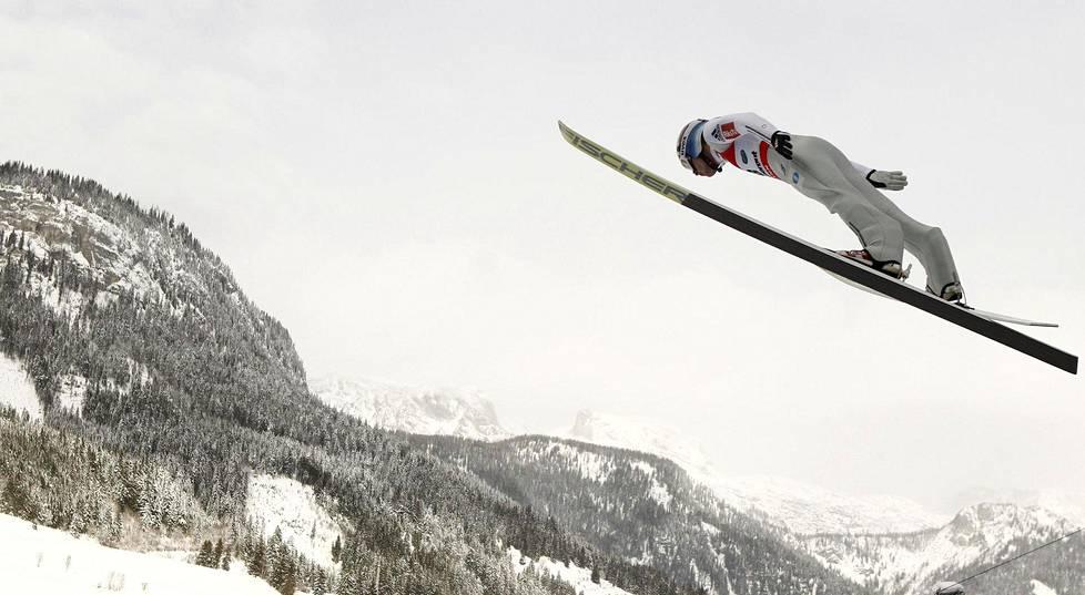 Norjalainen Kenneth Gangnes johtaa perjantain jälkeen lentomäen  MM-kilpailuissa. daf412174c
