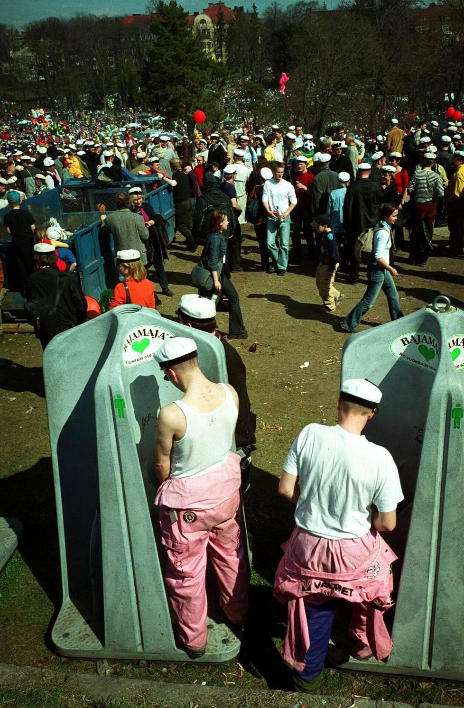 Kaivopuiston bajamajat vappupäivänä vuonna 2002.