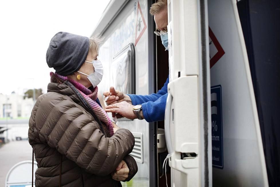 Merja Hannele Domingo tuli tiistaina Punkkibussille Laajasaloon rokotettavaksi. Hannele sairasti viime vuonna borrelioosin, eikä halua puutiaisaivokuumetta.