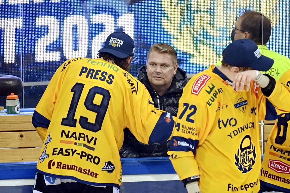Lukon Robin Press (vas.) käy juttelemassa päävalmentaja Pekka Virran kanssan, kun Lukko juhlii Suomen mestaruutta Turussa.