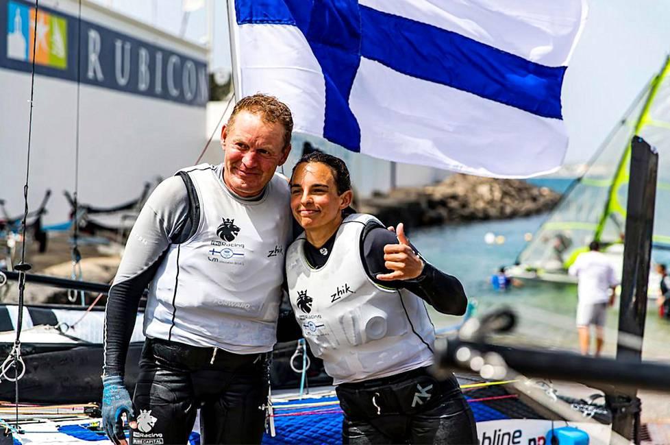 Nacra17-luokan-purjehtijat Janne Järvinen ja Sinem Kurtbay maaliskuussa olympiakarsintakisassa Lanzarotella.