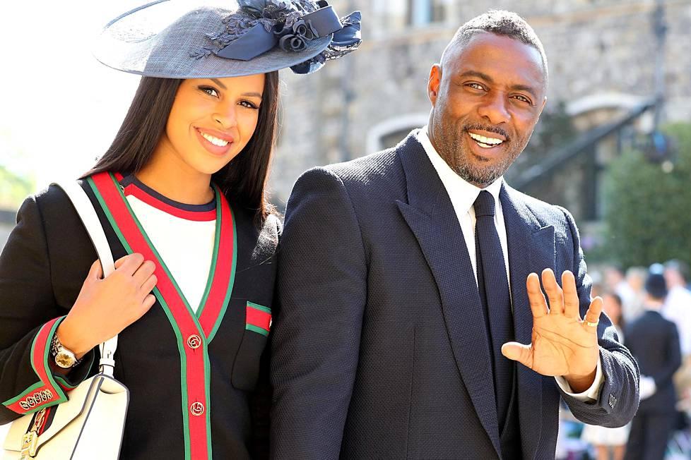 Näyttelijä Idris Elba saapui paikalle kihlattunsa Sabrina Dhowren kanssa.