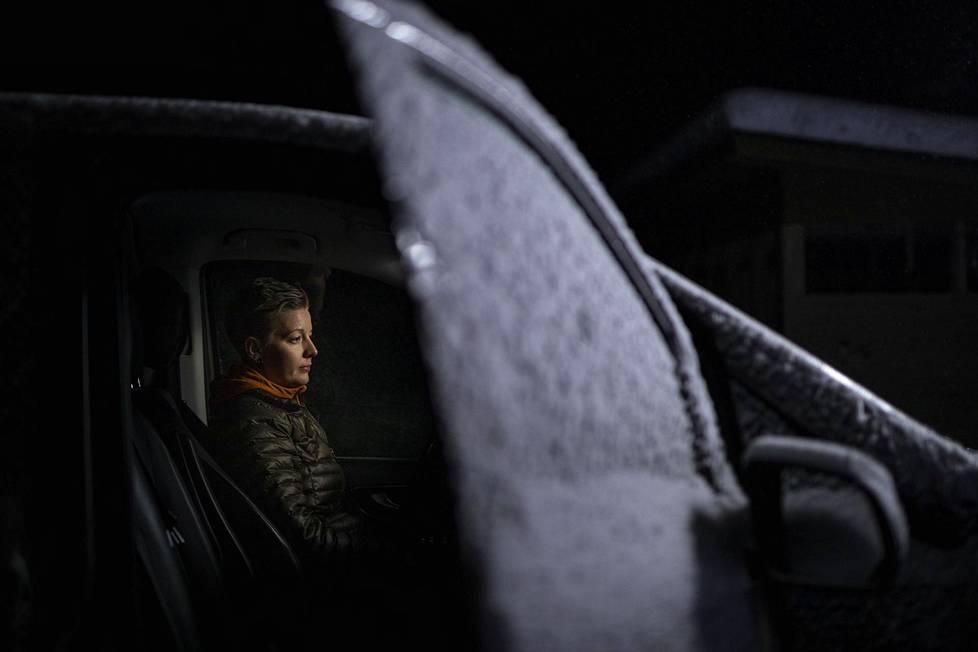 Rovaniemen Meltauksessa asuva Brenda Herva on taksiyrittäjä. Hän joutui laittamaan taksinsa seisontaan, koska asiakkaat katosivat koronakriisin vuoksi.