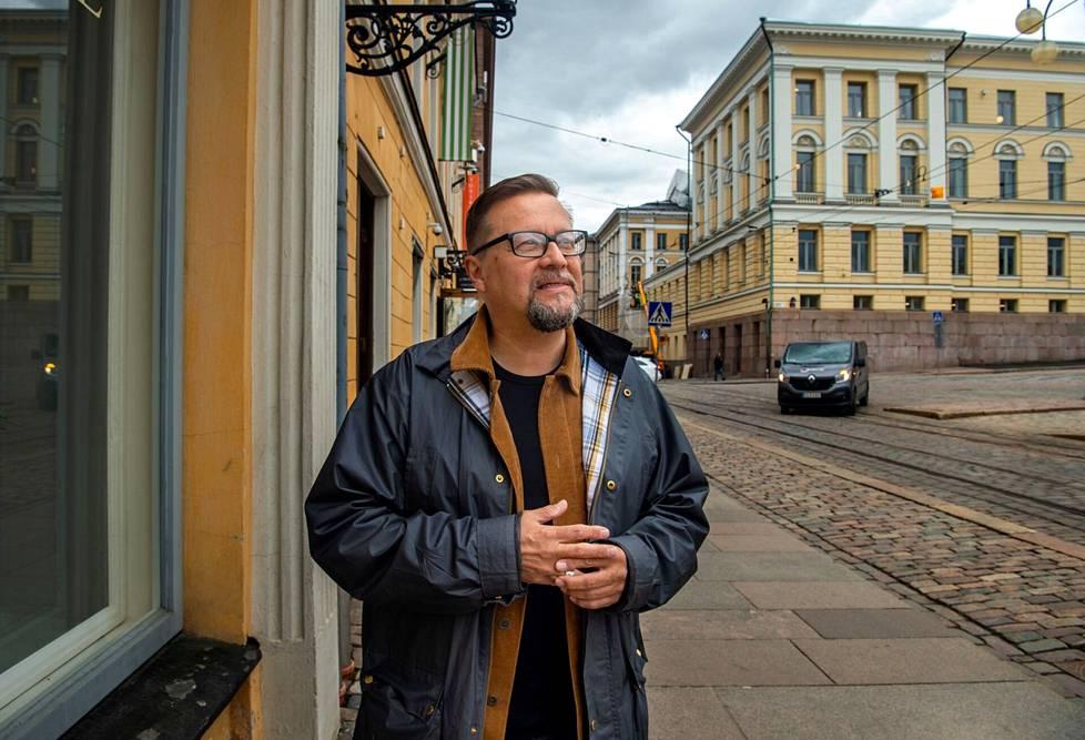 Juha Tarvainen on itsekin valokuvaaja. Hän on myös Helsingin katukuvaa ikuistaneen Signe Branderin fani ja perehtynyt kuva kuvalta tämän kuva-arkistoon.