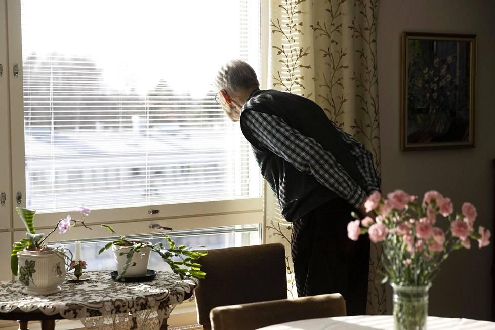Vaari Esko katsoo ikkunasta ulos, jos Mikaelia näkyisi.