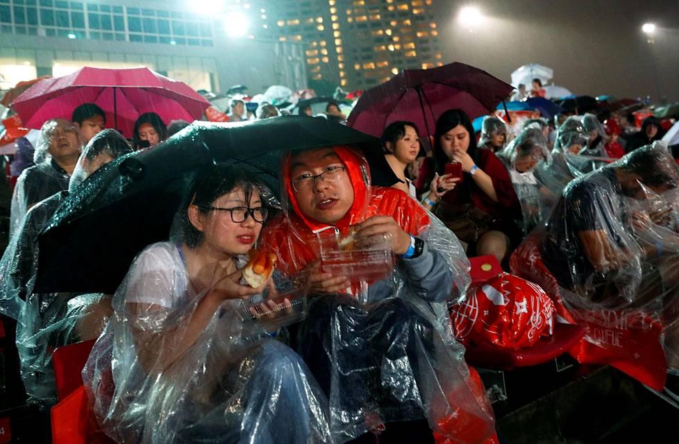 Juhlijoita sateessa Singaporessa.
