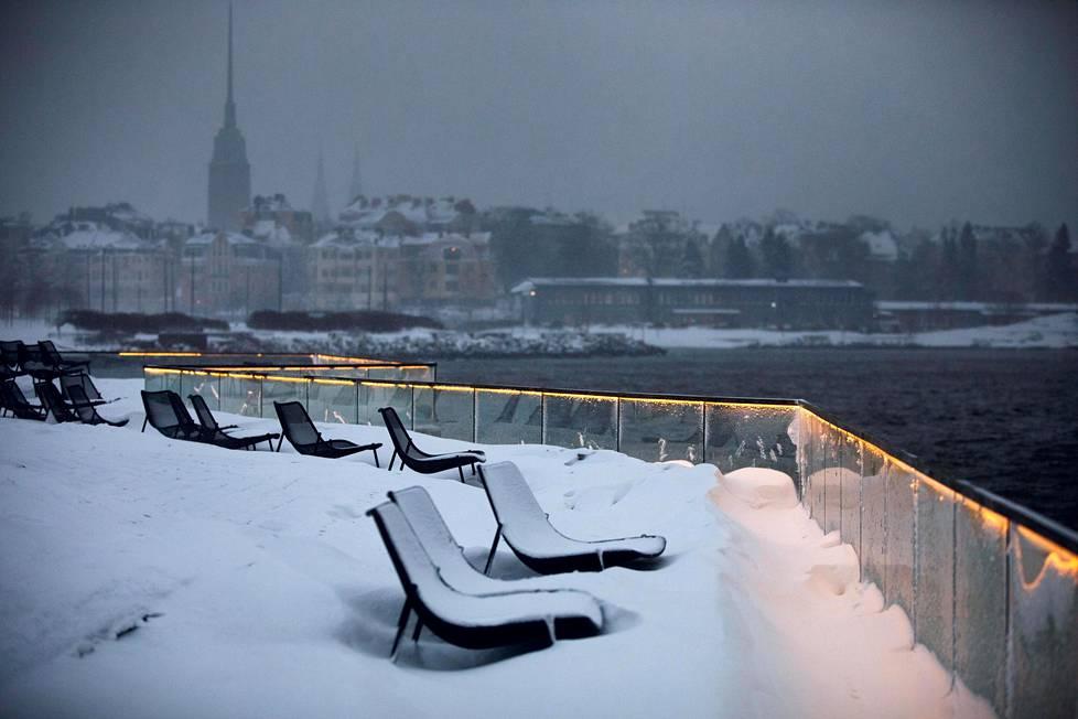 Löylyn terassi oli lumen peitossa avoimena aaltoavan meren äärellä Hernesaaressa.