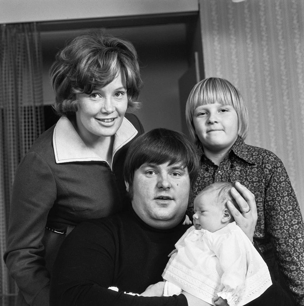 Matti ja Eva-Riitta Siitonen lastensa Petrin ja Hanna-Riikan kanssa 1970.