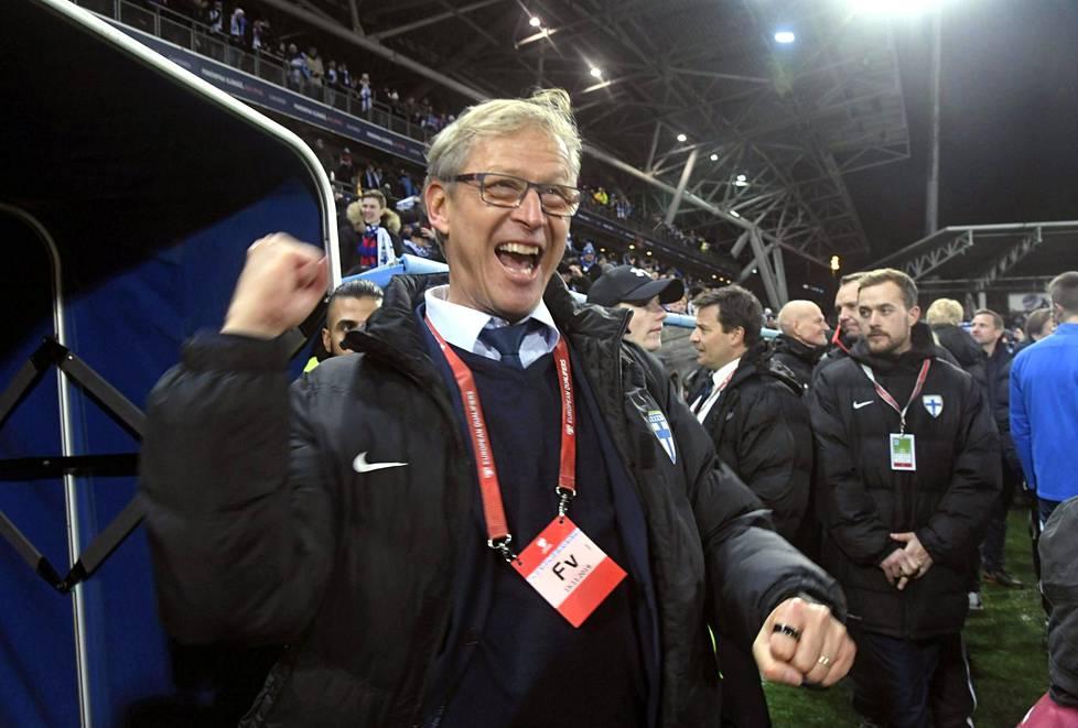 Näin Markku Kanerva tuuletti, kun Suomi oli varmistanut paikkansa EM-kisoihin voittamalla Liechtensteinin 15. marraskuuta Helsingissä.