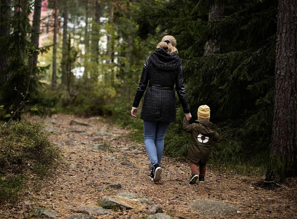 Etelä-Suomessa asuvien Ellin,27, ja Mikaelin, 1 v 9 kk, yhteinen harrastus ovat metsäretket.