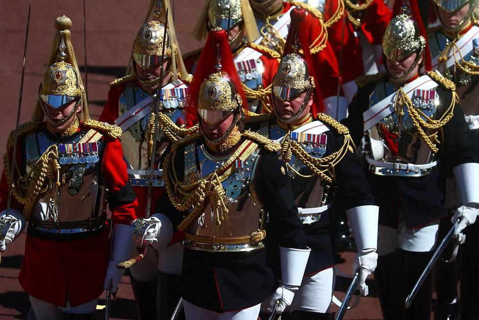 Kuningattaren henkilökohtaiseen henkivartijakaartiin kuuluvat sotilaat marssivat Windsorissa ennen prinssi Philipin hautajaisten alkua.
