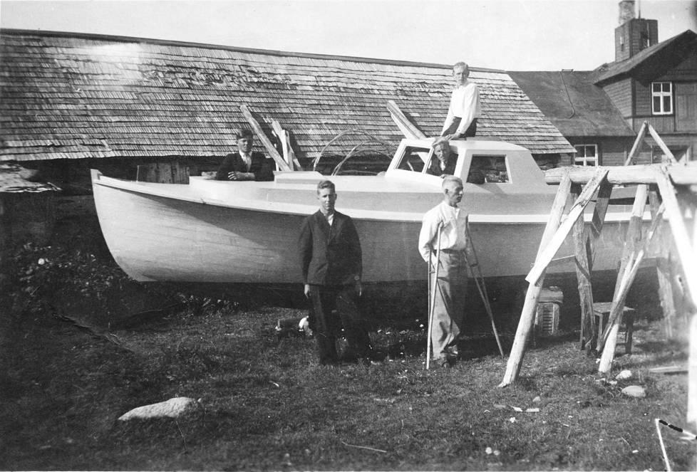 Veneenrakennusta Aksissa vuonna 1942. Veneen edessä sauvojen  kanssa Verner Aksberg ja veneen päällä hänen veljensä Helmut.  Kuvan vene vietiin Suomeen, ja sitä käytti Trutlandetissa asuva  Endel Aksberg ihmissalakuljetukseen 1943–1944.