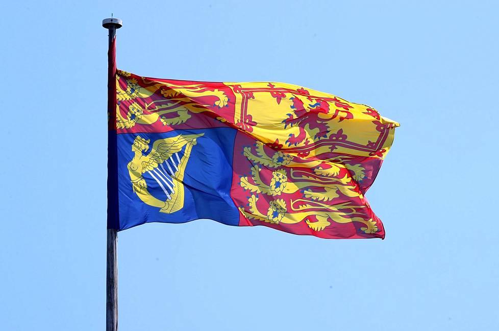 Kuninkaallinen lippu Windsorin linnan katolla.