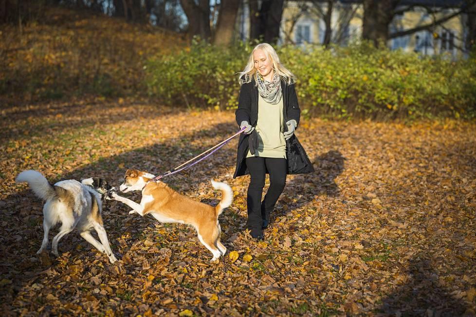 Eläinfilosofi Elisa Aaltolan koirat Darla ja Siiri ovat alun perin romanialaisia löytökoiria.