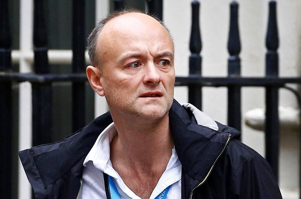 Dominic Cummings pääministerin virka-asunnon edessä Downing Streetillä Lontoossa.