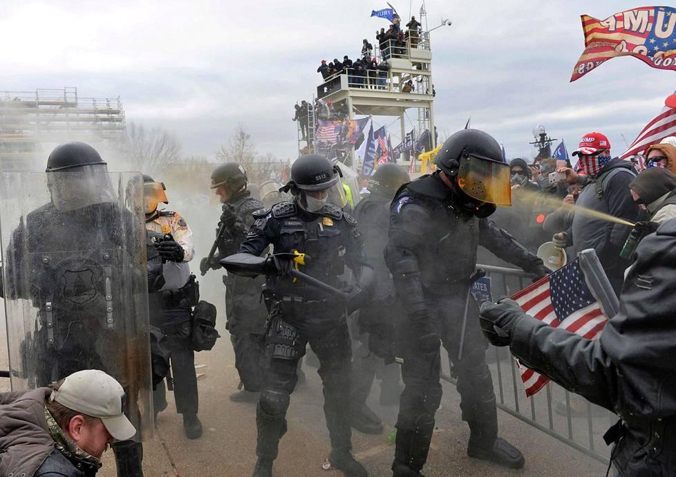 Trumpin kannattajat ottivat yhteen poliisin ja turvallisuusjoukkojen kanssa kun mielenosoittajat rynnäköivät kongressitaloon.