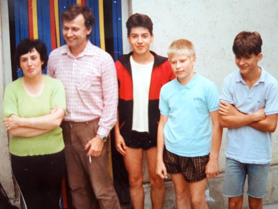 Unkarilaisen nuoriso-orkesterin trumpetistit Gábor Gruber ja András Cserjési kutsuivat isäntäperheensä vastavierailulle Budapestiin heinäkuussa 1989. Kuvassa Cserjésin vanhemmat, 17-vuotias Gábor Gruber, 12-vuotias Ville Similä ja János Gruber, 14.