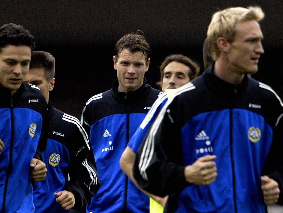 Jalkapallomaajoukkue harjoitteli Olympiastadionilla ennen Serbian ja Montenegron kohtaamista. Oikealla Sami Hyypiä, keskellä Janne Saarinen.
