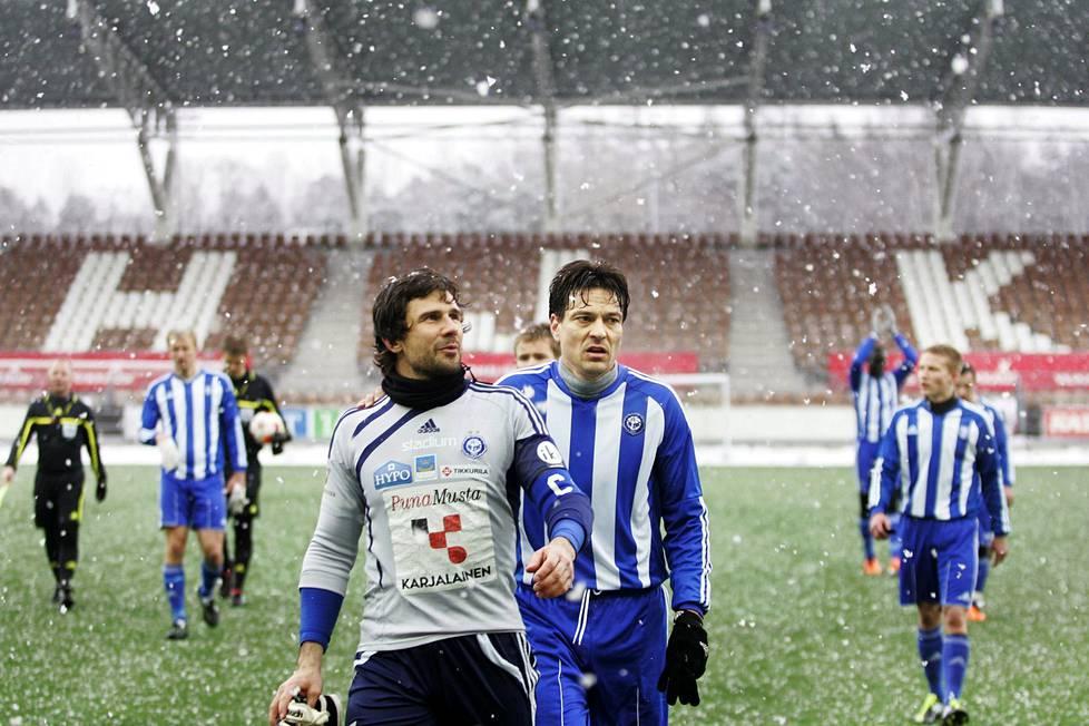 HJK:n Ville Wallen ja Jari Litmanen Töölön jalkapallostadionilla maaliskuussa 2011. Litmasen sopimus julkistettiin vasta huhtikuussa.
