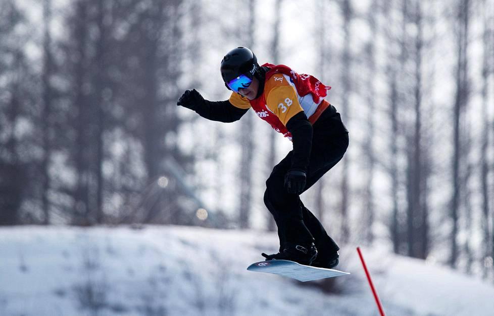 Matti Suur-Hamari otti paralympiakultaa lumilautacrossissa.