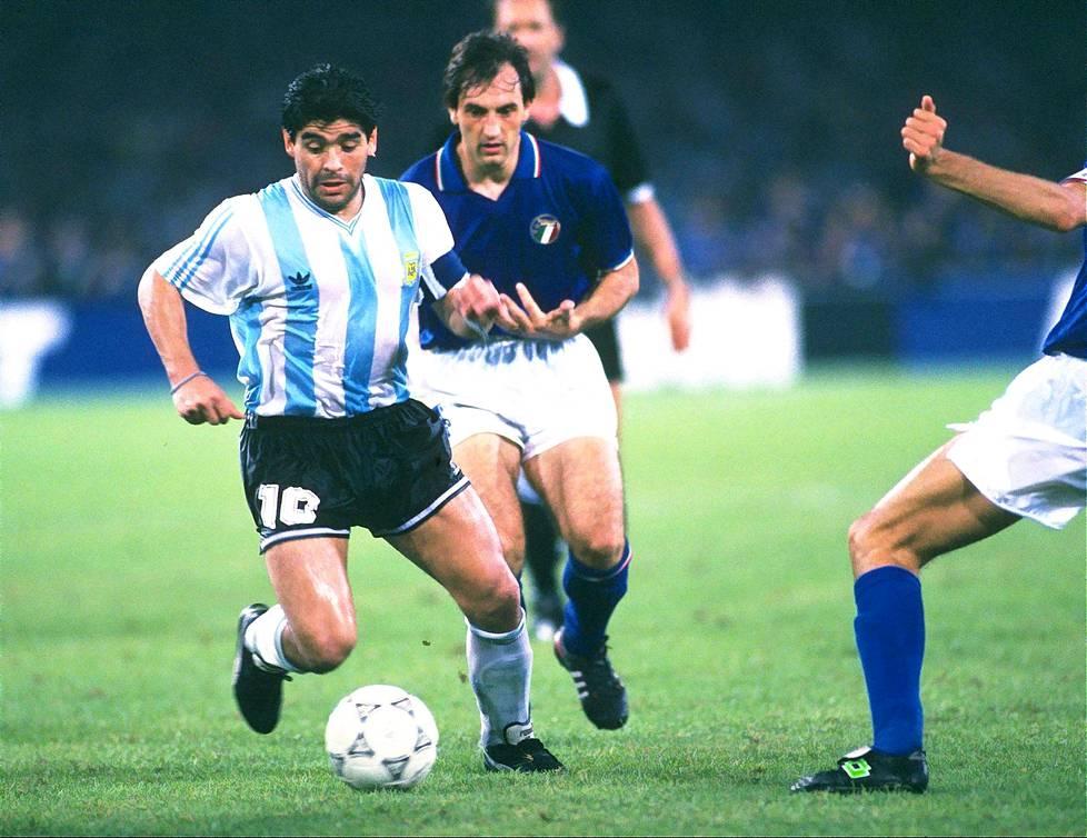 Napolilaisten sankari Diego Maradona kohtasi Argentiinan maajoukkueen paidassa Italian Napolissa pelatussa MM-välierässä 3. heinäkuuta 1990. Argentiina eteni finaaliin ja Napoli käänsi Maradonalle selkänsä. Maradona taisteli välierässä muun muassa Luigi de Agostinia vastaan.