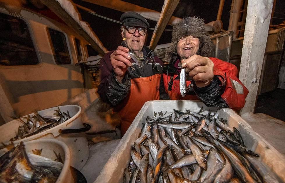 Holger Sjögren (vas.) ja Hannu Lanki iloitsevat Pyhtään edustalle itäisellä Suomenlahdella suuntautuneen kalareissun saaliista: 600 kiloa silakkaa.