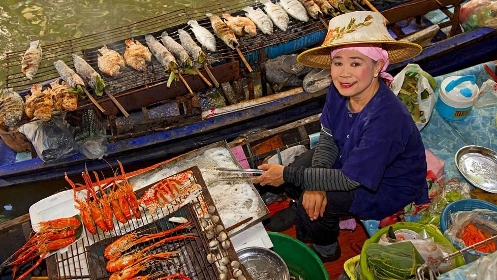 Taling Chanin kelluva tori sijaitsee keskustan ulkopuolella. Siitä parin kilometrin päässä on paikallisten suosima Khlong Lat Mayom -ruokatori, joka on auki vain viikonloppuna.