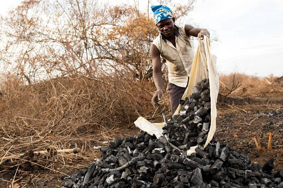 Robert Kato, 17, kasaa valmiita hiliä Masindin alueella Keski-Ugandassa.