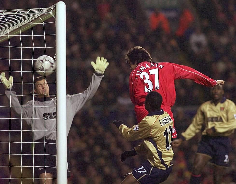 Arsenalin maalivahti Stuart Taylor ei pystynyt torjumaan Jari Litmasen puskua Anfieldilla joulukuussa 2001.