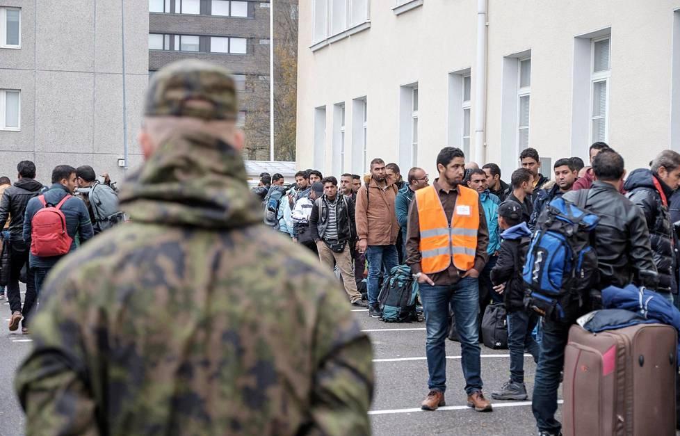 Turvapaikanhakijoita saapumassa Tornion järjestelykeskukseen 25. syyskuuta 2015.
